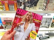 Kosmopolitisch tijdschrift in een hand royalty-vrije stock afbeeldingen