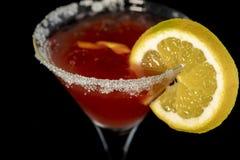 Kosmopolitisk coctail med tranbärfruktsaft, vodka, limefruktfruktsaft och cointreau arkivfoton