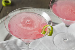 Kosmopolitisk drink för hemlagad rosa vodka royaltyfri fotografi