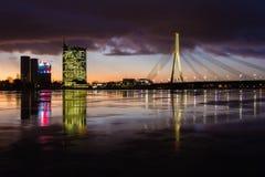 Kosmopolityczny noc pejzaż miejski przy Bałtyckim brzeg rzeki zdjęcia royalty free