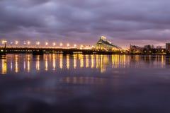 Kosmopolityczny noc pejzaż miejski przy Bałtyckim brzeg rzeki zdjęcie stock
