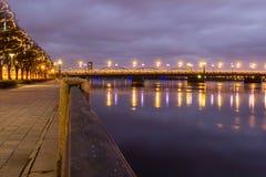 Kosmopolityczny noc pejzaż miejski przy Bałtyckim brzeg rzeki obraz stock