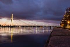 Kosmopolityczny noc pejzaż miejski przy Bałtyckim brzeg rzeki obrazy royalty free