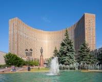 Kosmos-Hotelgebäude und -brunnen in Moskau Lizenzfreies Stockfoto