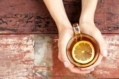 kosmos kopii Filiżanka gorąca herbata z cytryną ręce Pojęcie Obrazy Royalty Free