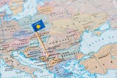 Kosovo översikt och flaggastift royaltyfri bild