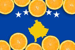 Kosovo flagga i citrusfruktskivahorisontalram royaltyfri fotografi
