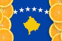 Kosovo flagga i vertikal ram för citrusfruktskivor arkivbild