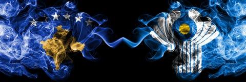 Kosovo gegen die rauchigen mystischen Flaggen des Commonwealth nebeneinander gesetzt Dickes gefärbt seidig raucht Kombination von stock abbildung