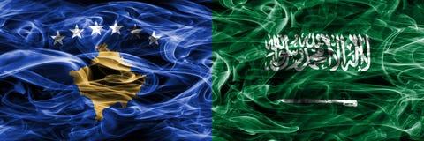 Kosovo gegen die Saudi-Arabien Rauchflaggen nebeneinander gesetzt lizenzfreie stockfotografie