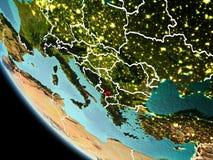 Kosovo på natten på jord Arkivfoto