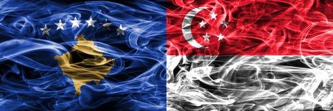 Kosovo versus zij aan zij geplaatste de rookvlaggen van Singapore Stock Afbeeldingen