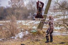 Kostüm-Spiel Art Photography Zwei Ritter, die auf Klingen in Forest Outdoors Against River On-Hintergrund kämpfen lizenzfreie stockfotografie