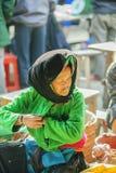 Kostüme von alten Frauen der ethnischen Minderheit, an altem Dong Van-Markt stockbilder