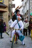 Kostüme von Charlot und von Popeye im Karneval von Bielsa lizenzfreie stockfotografie