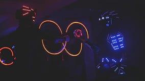 Kostümieren Sie Show an der Partei und in die Dunkelheit glühen stock footage