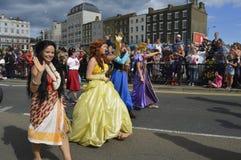 Kostümierte Ausführende nehmen an der Margate-Karnevalsparade teil stockfotografie