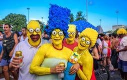 Kostümierte Familie des Simpsons mit Homer, Marge, Bart, Lisa und Maggie bei Bloco Orquestra Voadora, Carnaval 2017 Lizenzfreie Stockfotografie