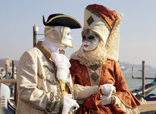 Kostümierte Leute in der venetianischen Maske während Venedig-Karnevals Stockfotos