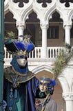 Kostümierte Leute in der venetianischen Maske während Venedig-Karnevals Stockfotografie