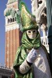 Kostümierte Leute in der venetianischen Maske während Venedig-Karnevals Stockbild