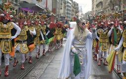 Kostümierte Tänzer an einer Straße führen - Dämon-Krieger vor Stockfoto