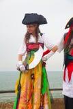 Kostümierter Stelzenwanderer während Purim-Feiern Lizenzfreies Stockbild
