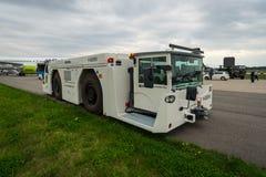 Kosta-effektiv utmanare 700 för traktor för stort flygplan på flygfältet Arkivbild