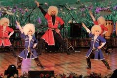 2019-03-06, Kostanay, Καζακστάν Lezginka Τα αγόρια χορεύουν ομάδα αποδίδουν στη σκηνή με έναν λαϊκό αρσενικό καυκάσιο χορό κατά τ στοκ εικόνα με δικαίωμα ελεύθερης χρήσης