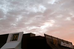Kostanay, Cazaquistão, em julho de 2018 O telhado do restaurante do fast food do ` s de McDonald na perspectiva do céu da manhã c fotografia de stock