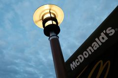 Kostanay, Cazaquistão, inscrição do ` s sexta-feira 13 de julho de 2018, de McDonald e logotipo e lâmpada de rua nascer do sol ou imagens de stock