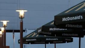 Kostanay, Cazaquistão, inscrição do ` s sexta-feira 13 de julho de 2018, de McDonald e logotipo e luzes de rua ardentes imagem de stock royalty free
