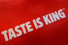 Kostanay, il Kazakistan, 11-25-2018, disegno pubblicitario per l'apertura del ristorante popolare BURGER KING, il GUSTO di slogan immagine stock