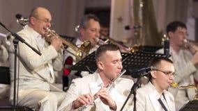 Kostanay Kasakhstan, 11-10-2017, Kostanay jazzkollektiv i vita dräkter utför på öppningen av jazzfestivalen Royaltyfri Foto