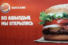 Kostanay, Kazachstan, 11-25-2018, Reklamuje dla otwarcia restauracyjny BURGER KING Przekład literowanie w rosjaninie zdjęcia stock