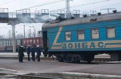 Kostantinovka, Ucraina - 5 dicembre 2017: Passeggeri e un vecchio treno alla stazione ferroviaria Fotografie Stock Libere da Diritti