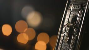 Kostbare alte Bibel und brennende Kerzen in der Kirche Stockfotos
