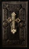 Kostbare antike Bibelabdeckung mit goldenem Kreuz lizenzfreie stockfotografie