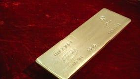 Kostbare passementovervloed van gouden rijkdom stock video