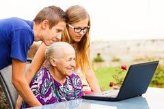 Kostbarer Familien-Moment lizenzfreie stockfotos