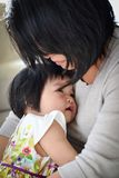 Kostbarer Mutter-Tochter-Moment der liebevollen Umarmung Stockbild