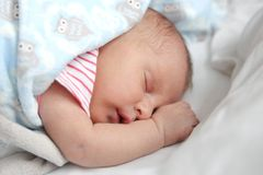Kostbares neugeborenes Baby-Schlafen Lizenzfreie Stockfotos