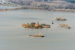 Kostel SV De Linhartakerk op klein eiland op Vestonicka nadrz geeft reservoir in Zuid-Moravië water stock foto's