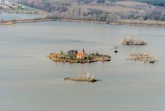 Kostel SV Iglesia de Linharta en la pequeña isla en la reserva de agua del nadrz de Vestonicka en Moravia del sur fotos de archivo