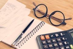 Kosten en uitgavenberekeningsconcept, oogglazen op Th-lijstverstand stock fotografie