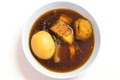 Kosten-op Thais voedsel is het menu Ei en Varkensvlees in Zoete Bruine Saus Stock Foto's