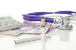 Kosten und Gefahren des Rauchens lizenzfreie stockfotos