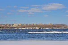 Kosten van schil langs de rivier van Ottawa met ijs en sneeuw royalty-vrije stock fotografie