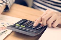 Kostenberekening, het concept van de betalingsdag, hand gezette vinger op calcul royalty-vrije stock fotografie