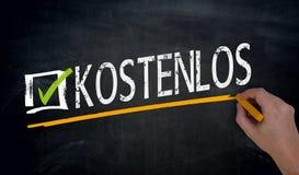 Kostenlos en allemand Free est écrit à la main sur le tableau noir photos libres de droits